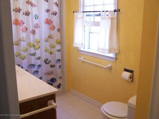 904 Raeburn Rd - Full Bathroom - 34