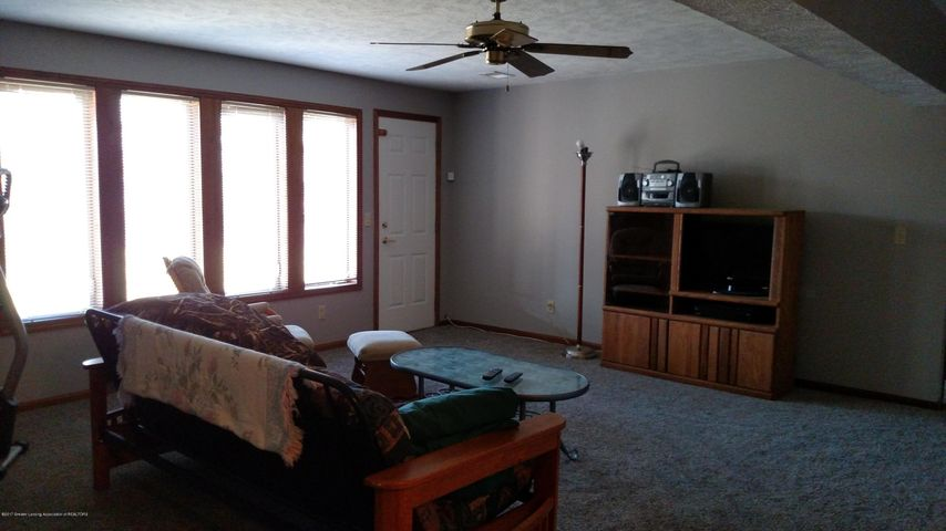 9714 Rossman Hwy - Family room - 15