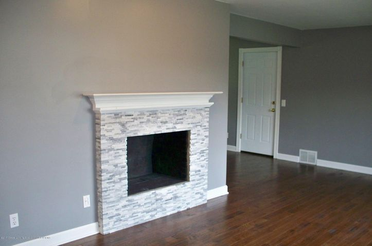 118 Loree Dr - 118 Loree living room fireplace - 4