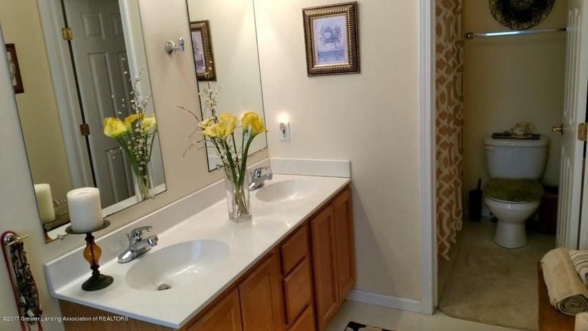 10083 Roblyn Cir - Bathroom 1 - 16