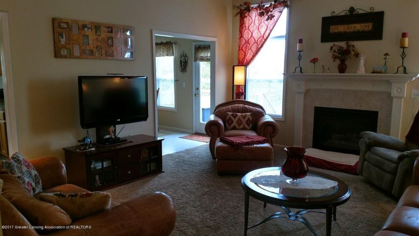 10083 Roblyn Cir - Living Room 3 - 8