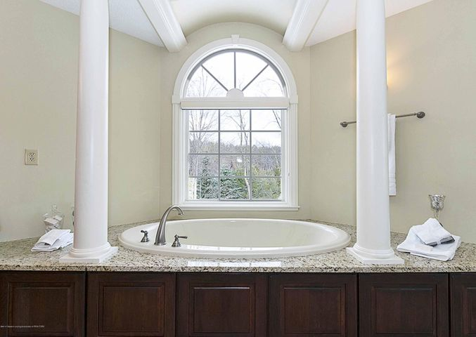 6446 Ridgepond Dr - Jetted Tub in Master Bath - 32