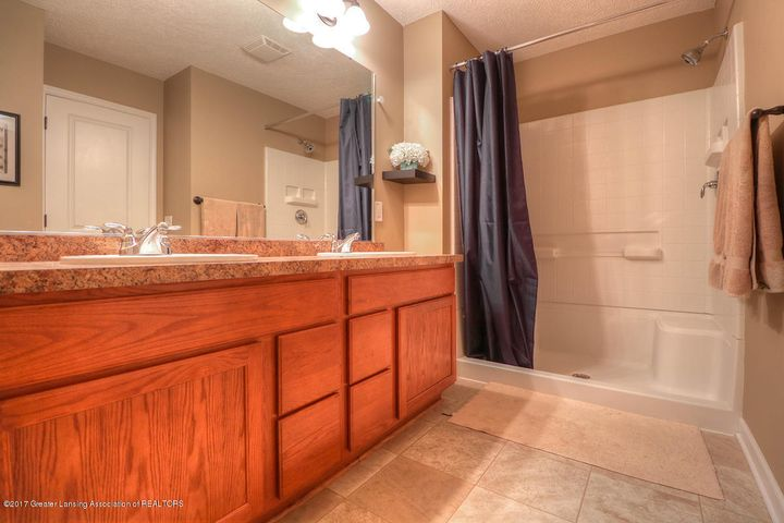 1083 Oakwood Dr - Master Bath - 7