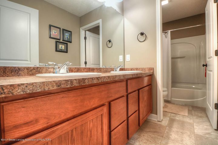 1083 Oakwood Dr - Bathroom - 12