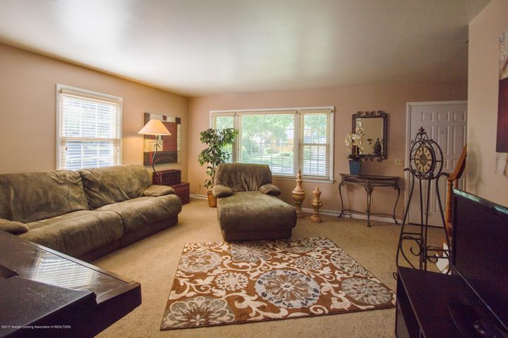 205 Cloverland Dr - LIVING ROOM - 16