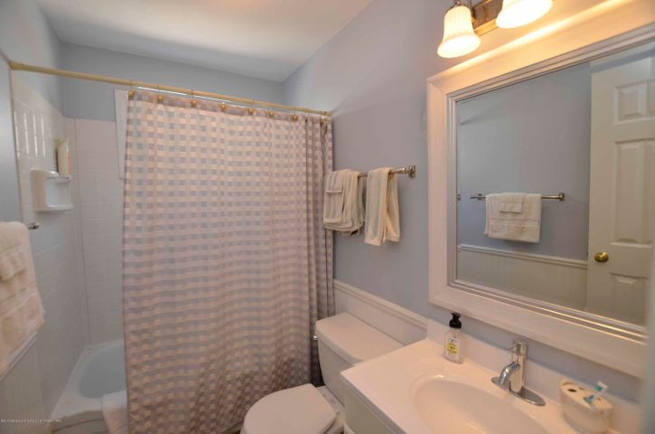 619 Cornell Ave - MAIN FULL BATH - 21
