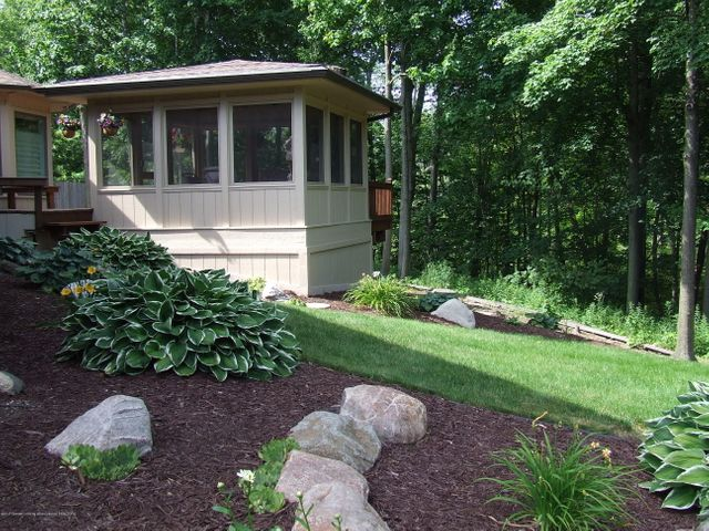 1083 Brookside Dr - Screened porch/yard - 28