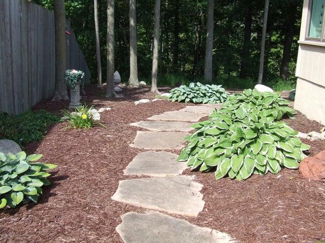 1083 Brookside Dr - Walkway to backyard - 31