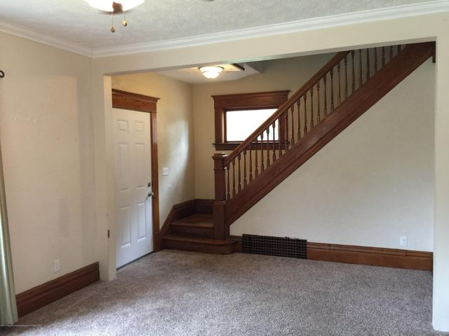 214 Woodlawn Ave - Front entrance/living room - 6