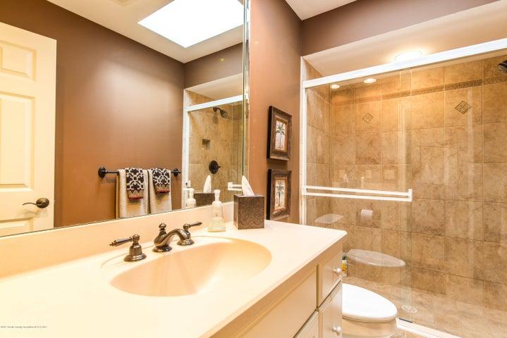 3593 Cabaret Trail - Skylight in bathroom - 41