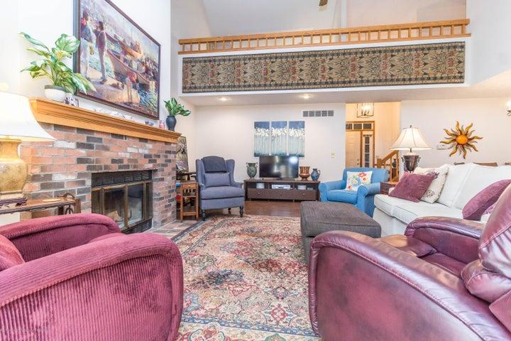 1919 Danbury E 47 - Living room area - 12