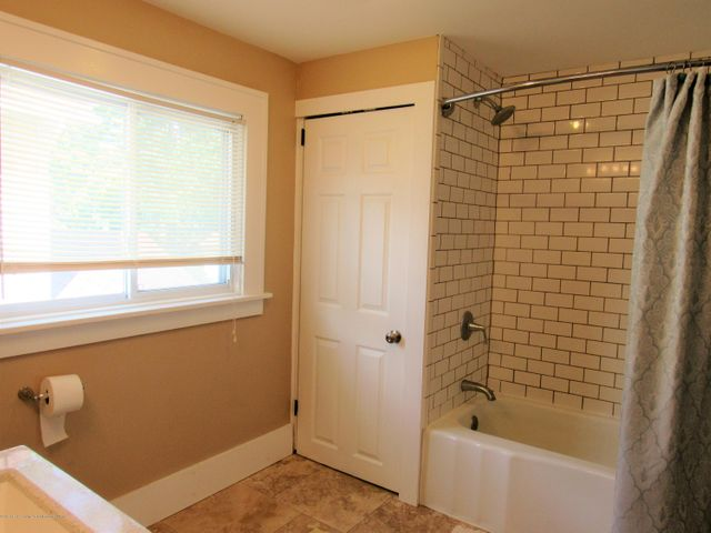 1925 Jerome St - Full Bath - 18