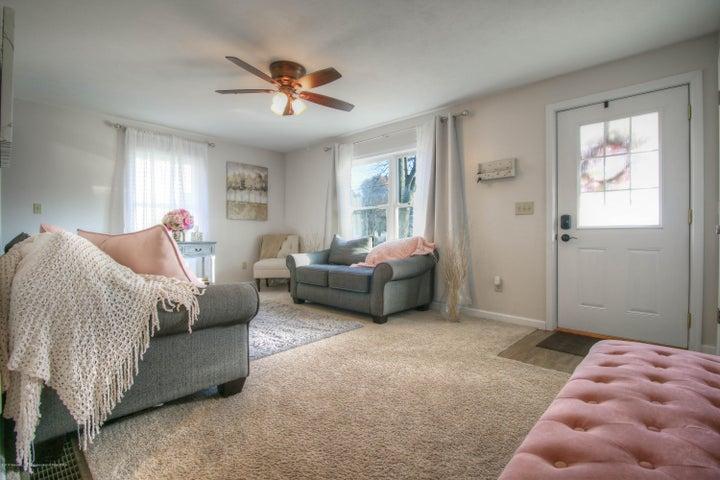 428 Johnson St - Living room - 2
