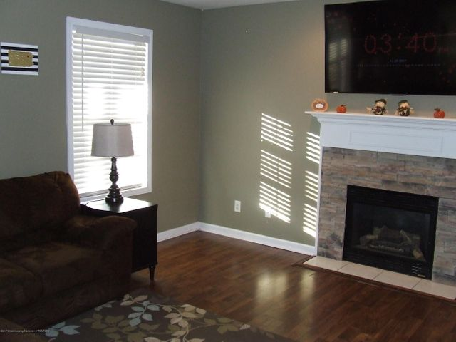 4936 Pine Hill Dr - Living room - 10