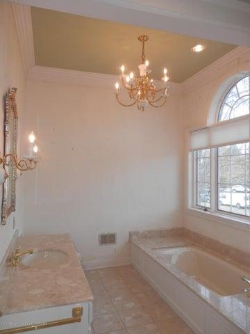 1401 Dennison Rd - Main hall bathroom - 33
