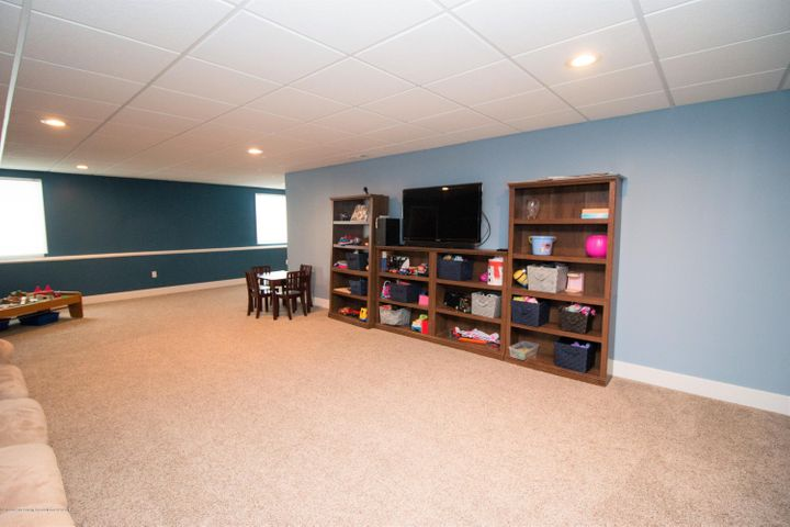 9339 St Clair Rd - Family room - 23