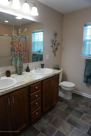 418 N Iris Ln - Mst. Bath with Double Vanity - 18