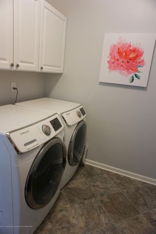 418 N Iris Ln - 1st Fl. Laundry with Cabinets - 8