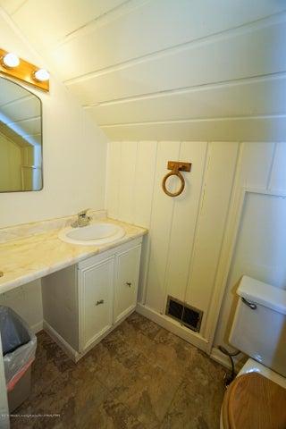 412 S Magnolia Ave - Upstairs Bathroom - 21