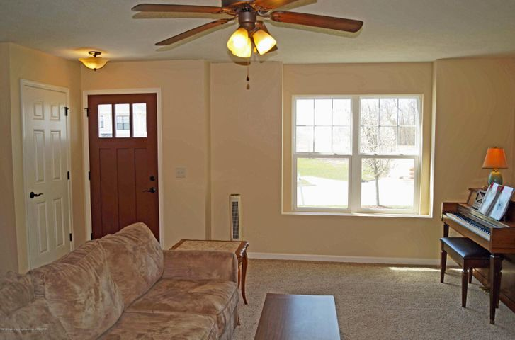 1051 Oakwood Dr - Living Room - 3
