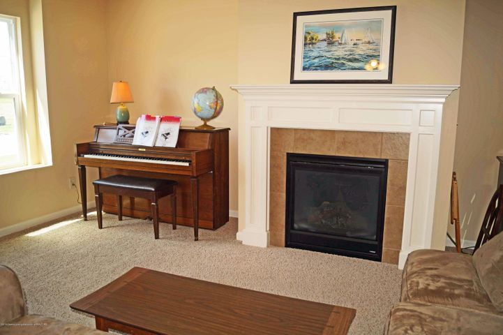 1051 Oakwood Dr - Living Room - 4