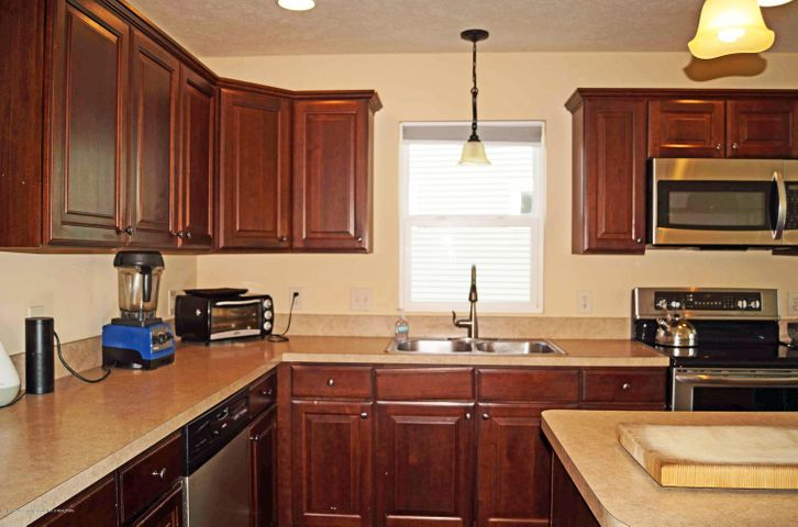 1051 Oakwood Dr - Kitchen - 7