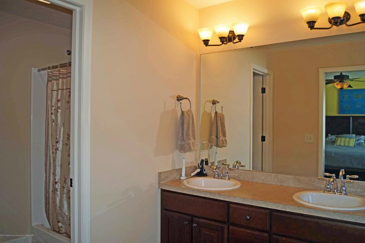 1051 Oakwood Dr - Master Bath - 19
