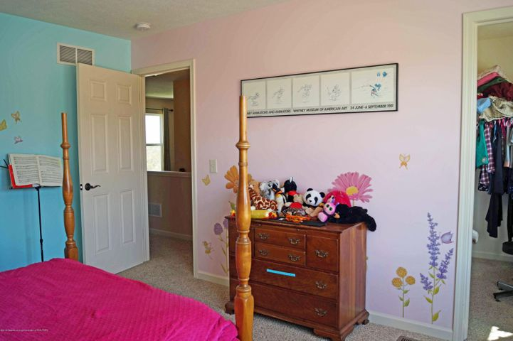 1051 Oakwood Dr - Bedroom - 25