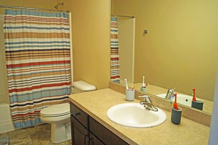 1051 Oakwood Dr - Main Bath - 23