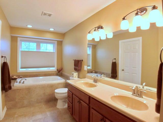 5472 Earliglow Ln - Master Bath - 14