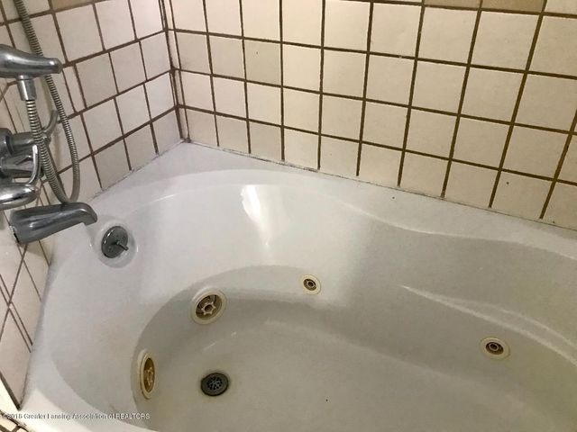 131 E Washington St - Jacuzzi Tub - 17