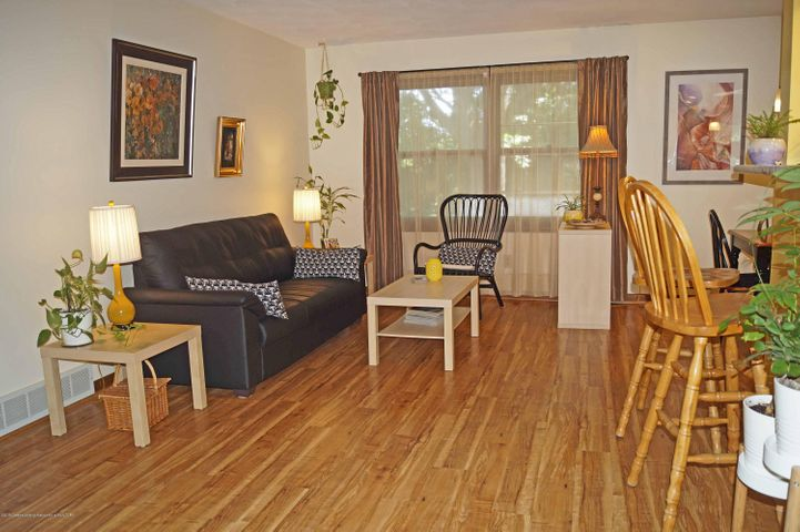 1847 Crest St - Great Room - 4