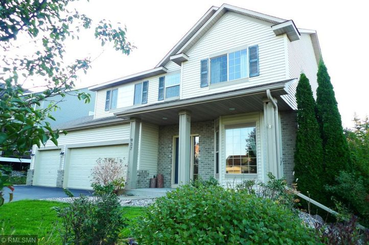 Splendid 2 Story home, with a private back yard, only 1 1/2 blocks to Bridle Creek Park!