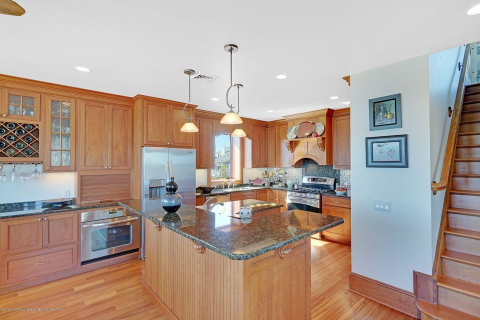 Kitchen with Pantry, Granite, Roll-outs