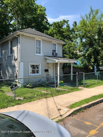 ThIS 2 BEDROOM 1 BATH HOME HAS TONS OF POTENTIAL ..