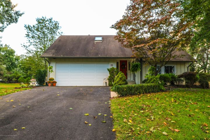 21 Lamb Lane, Manalapan, NJ 07726