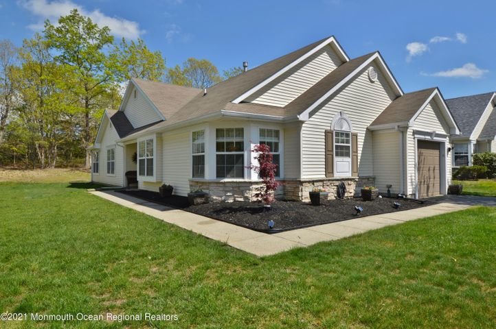 A LOVELY CAMBRIDGE I MODEL WITH A 4 SEASON SUNROOM AND A WOODED REAR YARD