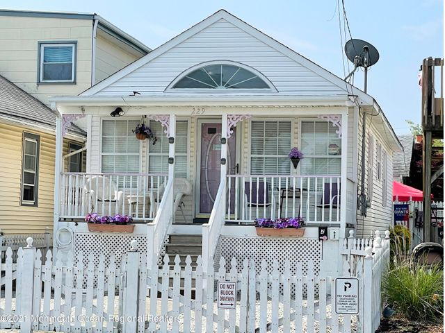 Welcome home to this charming Seaside cottage!
