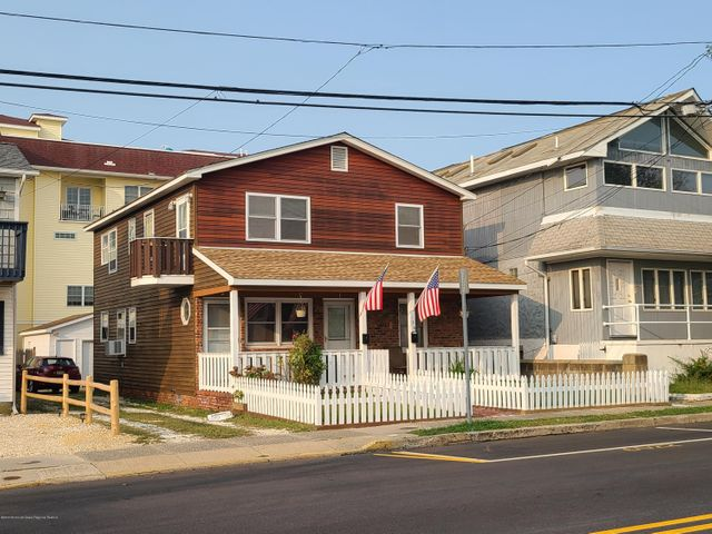 Second floor 3 bedroom apartment with private balconies available for rent. 2.5 blocks to the Seaside boardwalk. One off street parking space and shared storage in shed. Also available for winter rental.