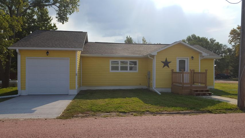 206 N Walnut St, Plankinton, SD 57368