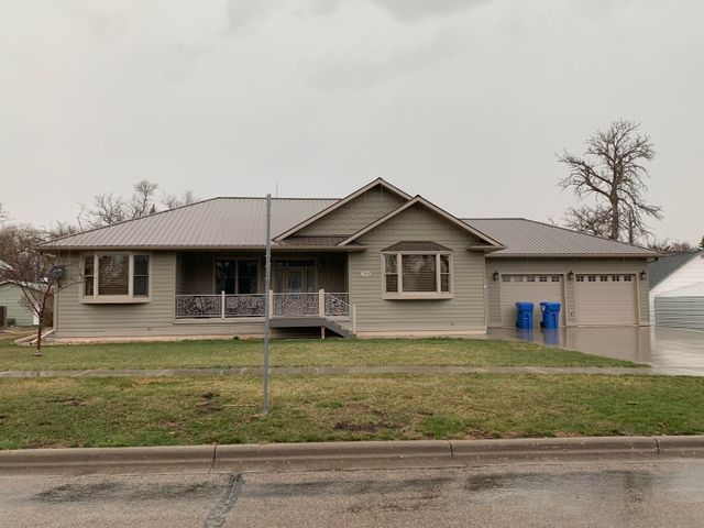 306 SW 3rd St, Desmet, SD 57231