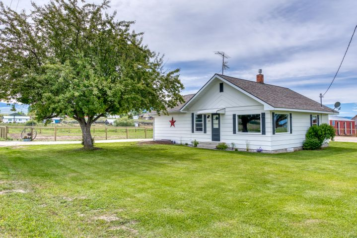 Charming remodeled farm house on 1 acre set up for horses