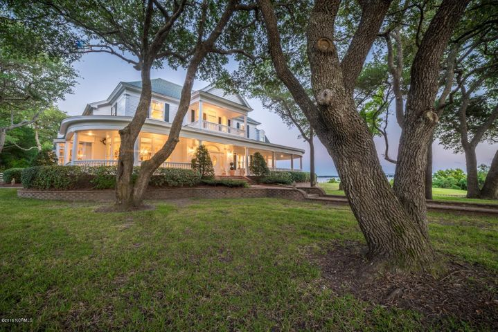 Southern charm on Bogue Sound with 5 Bedrooms, 5 1/2 Baths plus a Detached Guest Suite