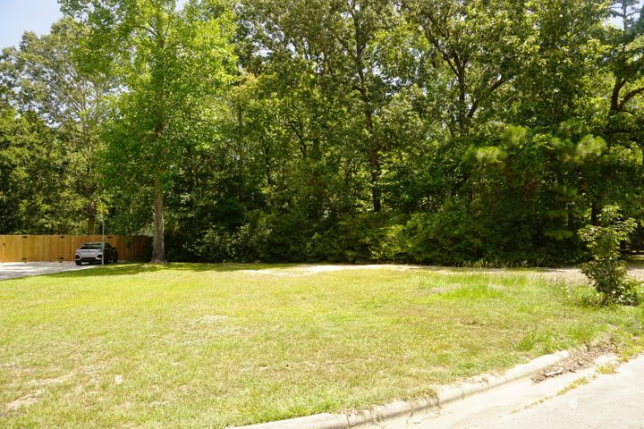 Very nice Residential lot in a quiet court perfect to build your dream home! Over half an acre providing all the room you need! Upscale neighborhood convenient to Jacksonville Country Club, Onslow Memorial Hospital, Camp Lejeune, schools, shopping, dining & entertainment! Call today for more info!