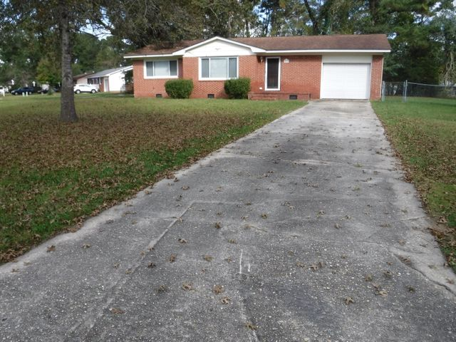 VERY NICE 3 BEDROOM, 1,5 BATH RANCH HOME. BRIGHT AND CHEERFUL INTERIOR.  LIVING ROOM AND DINING AREA IS SEPARATED BY TWO COLUMNS.  KITCHEN WITH ALL THE APPLIANCES. NICE CORNER LOT LEADING INTO A SMALL COURT.  CHIANLINK FENCE.  SHORT DISTANCE TO JACKSONVILLE MALL, ONSLOW MEMORIAL HOSPITAL, ENTERTAINMENT AND DINING.  CONVENIENT TO THE MILITARY BASES.