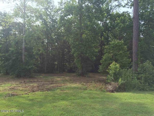 Don't miss out on this large wooded lot conveniently located in the middle of Jacksonville! This amazing lot in the exclusive South Hall subdivision is over an acre and extremely close to base, shopping, restaurants and schools!