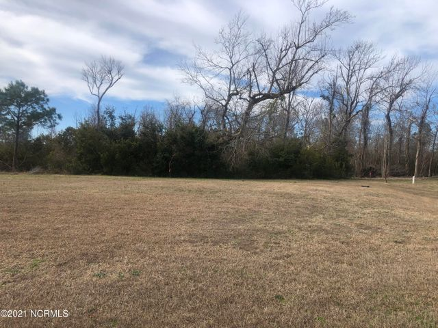 Great piece of land located in the popular Summerhouse on Everett Bay subdivision. Not far from Wilmington or Jacksonville! Walking trails, huge clubhouse, and boat access to the intracoastal waterway.