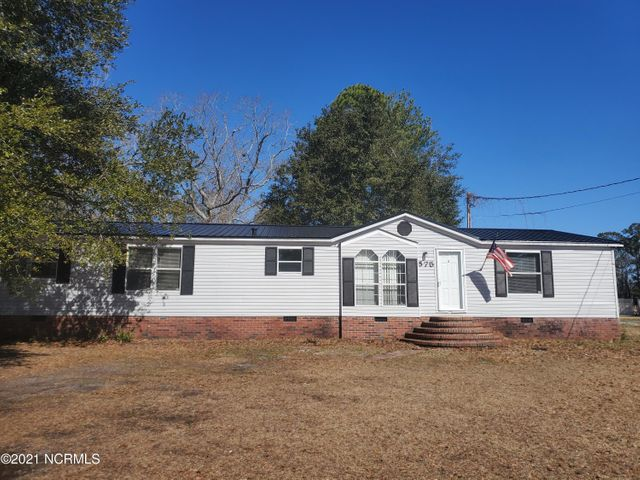 Great location on .96 acres, this 3 bedroom 2 bath home with spacious living room, bonus room and large eat in kitchen is just minutes to the beach, Stone Bay or the Sneads Ferry gate of Camp Lejeune. New metal room if 2019, spacious back deck. Great floor plan that separates the master suite from the other bedrooms. Don't miss out on this opportunity to make this home yours.