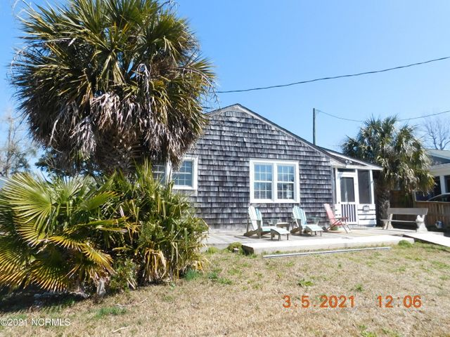 LOCATION IS KING! Come see this Key West Style Cottage located in '' Old Swansboro'' Not in Historic District. Main House has 3 Bedrooms 1 Bath plus a 350 Heated sq Ft. separate Studio/ Flex with a full bath and Jacuzzi Tub. Seller has recently installed Ductless Mini split systems in main house and Studio. Majestic Live Oak Anchors the back yard where there is also a large covered area for entertaining and or Over flow storage. Easy walk to Historic Downtown Water Front, Restaurants and Shops. Lifetime Shingles installed in 2007.