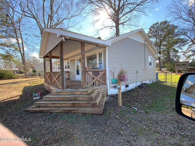Cute three bedroom two bathroom home on corner lot located close to Camp Lejeune, area shopping and restaurants. There back yard is fenced in. Owner must approve all pets! Come check this home out today!!!